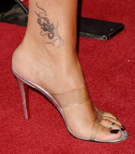 Татуировки для девушек: фото и эскизы на запястье и ключицу, ногу и бедро