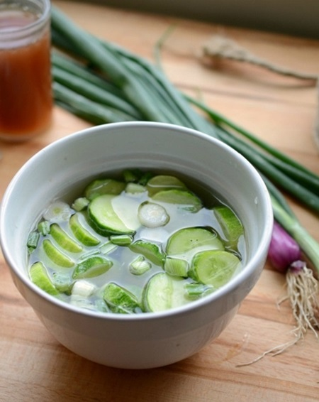 Малосольные огурцы с чесноком и зеленью быстрого приготовления с рассолом и на минералке — быстрые рецепты в кастрюле и банке