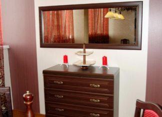 На какой высоте вешать зеркало над комодом?